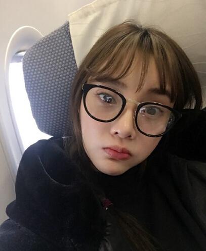 李小璐戴眼镜化身小魔女 网友调侃:新晋网红(图)
