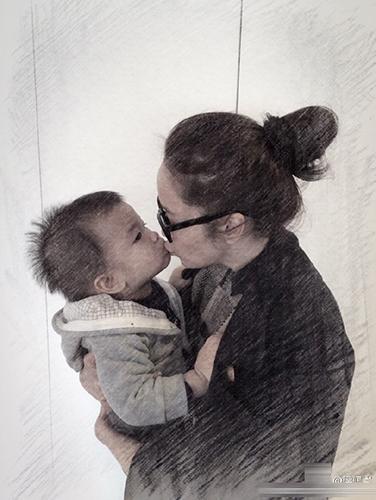 [明星爆料]侯佩岑与儿子玩亲亲 画面有爱爆表