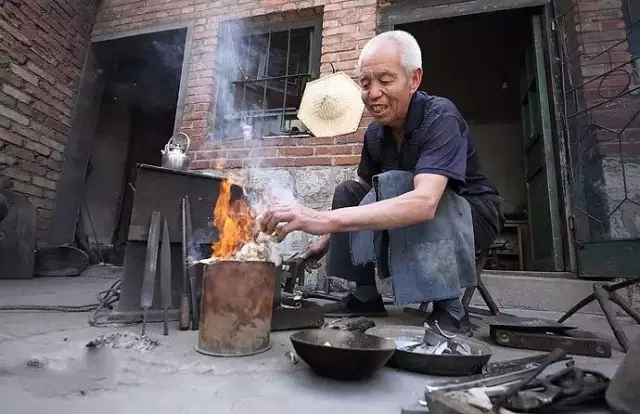 """他77岁 退休后重新拾起那段""""锡器""""文化"""