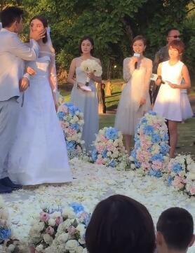 [明星爆料]拨发丝+眼波传情…陶晶莹拍下吴奇隆婚礼甜蜜瞬间