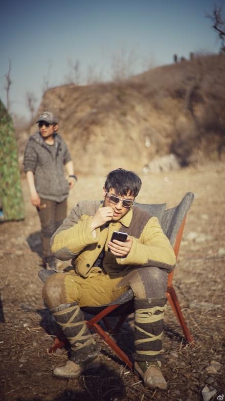 [明星爆料]李光洁嗑瓜子玩手机 网友:咬指甲的网瘾骚年(图)