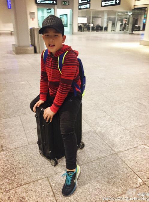 [明星爆料]郭涛儿子坐旅行箱上卖萌 不经意秀出大长腿(图)
