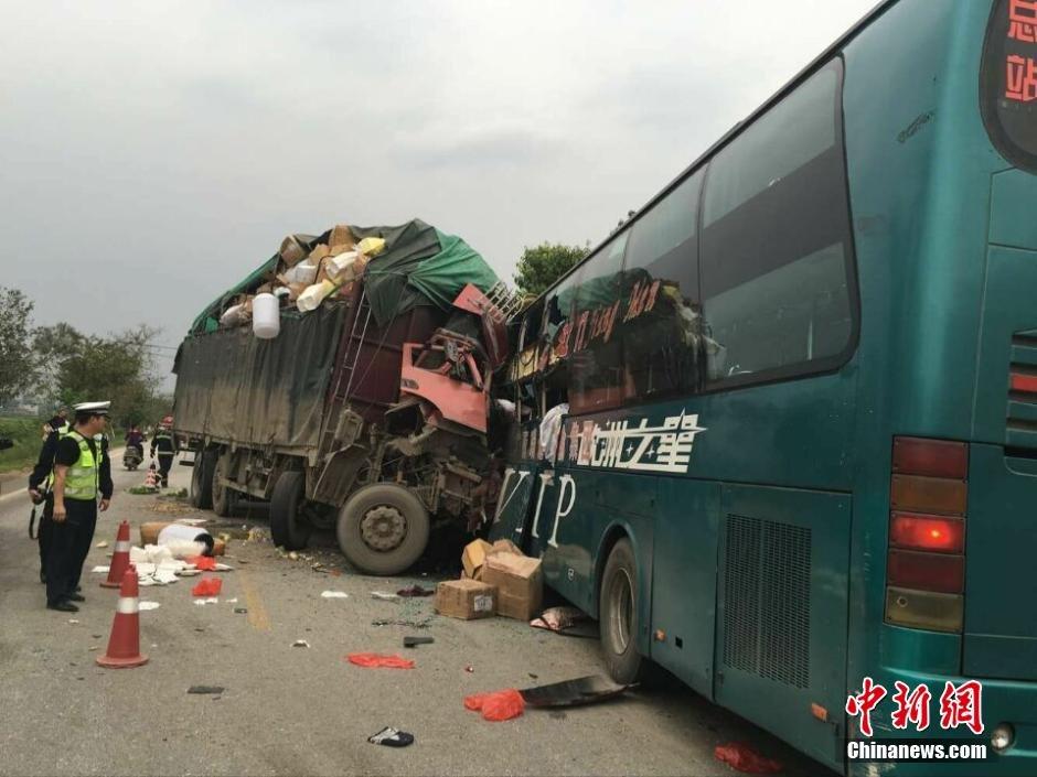 广西一客车与大货车相撞致4死4伤 现场惨烈高清图片