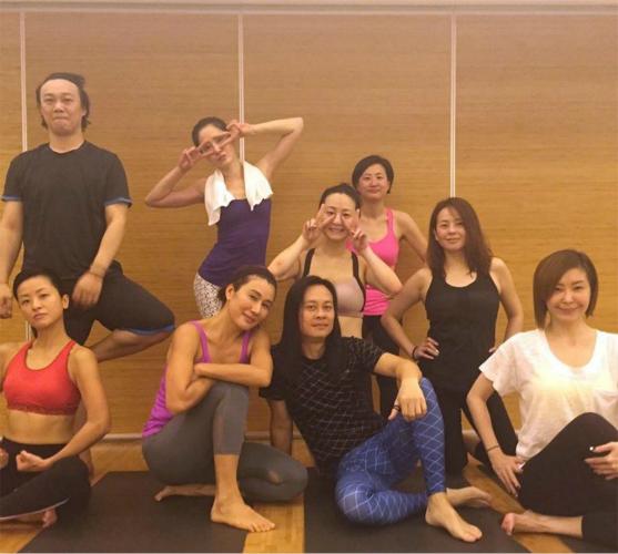 [明星爆料]春天进入运动季!陈奕迅夫妇和好友做瑜伽健康有活力