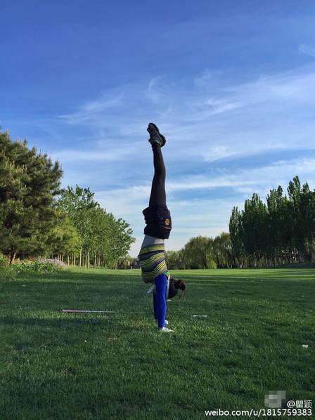 [有看点]44岁瞿颖穿紧身衣打高尔夫 又倒立又扭臀(图)