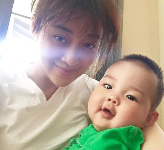 [明星爆料]41岁梅婷抱二胎儿子合影 宝宝皮肤白皙大眼睛像妈妈