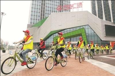 港闸区举行公益自行车骑行活动倡导低碳出行.
