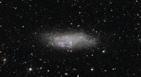 望远镜捕捉小型星系