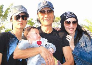 谢霆锋情场得意家庭失意,只因谢贤也是这样的父亲