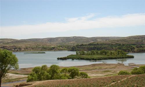 4米,长约3公里湖中有小岛两座,一座面积约11亩,名为怡心岛.