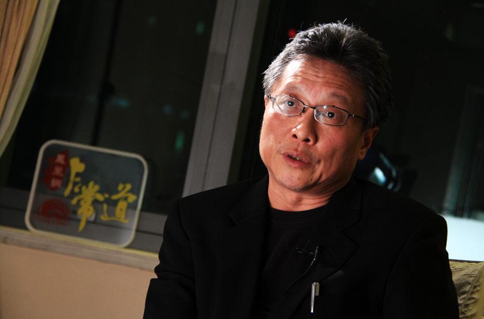 他是莫言口中最有天份的作家,他的书在台湾文坛叫好又叫座。好故事、常说书、习书法、爱赋诗,是他的标签。参与王家卫电影《一代宗师》的故事创作让他再次被内地文学爱好者高度关注。2013年1月19日,《凤凰网·非常道》对话作家张大春,谈人生、谈文学、谈创作,分享一个台湾作家眼中的王家卫电影。