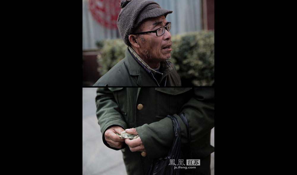 """12月9日南京夫子庙,每当行人经过,这位70多岁的老人都会迎上前说着""""谢谢""""讨钱。他说自己来自安徽,其他信息不愿透露更多。(彭铭/摄 孙子玉/文)"""