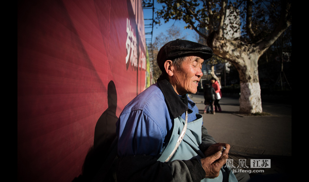 12月17日,这位来自河南太康的65岁老人在演奏间隙放下胡琴休息。他说自己两三岁时患上白内障,18岁做手术失败,从此失明。他13岁开始学艺,15岁跟着豫剧团下乡当伴奏,七八年前因为年事已高被豫剧团丢弃。他一生未婚,由弟弟带来南京乞讨过活,已有两三个月。(彭铭/摄 孙子玉/文)