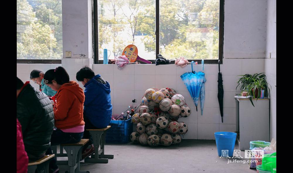 在西张小学,每个教室后面都摆放着学生们的足球。(缪宇欢 \ 图文)