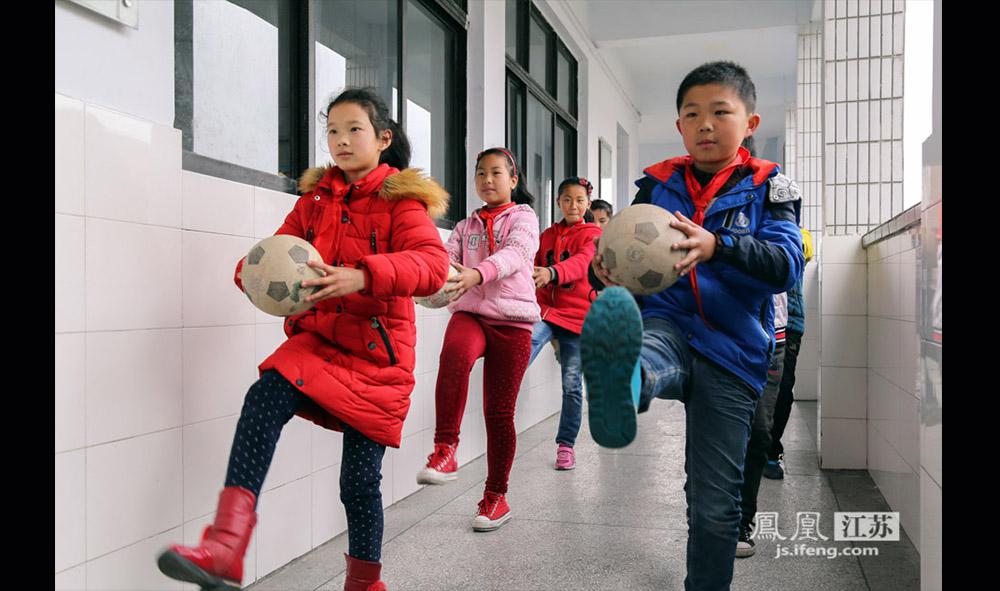 每天上午9点,全校学生人手一球,集体做足球操。这套操是西张小学的老师自己编的,时长大概15分钟,即使是下雨天也要做,只是地点从大操场挪到了教室走廊。(缪宇欢 \ 图文)