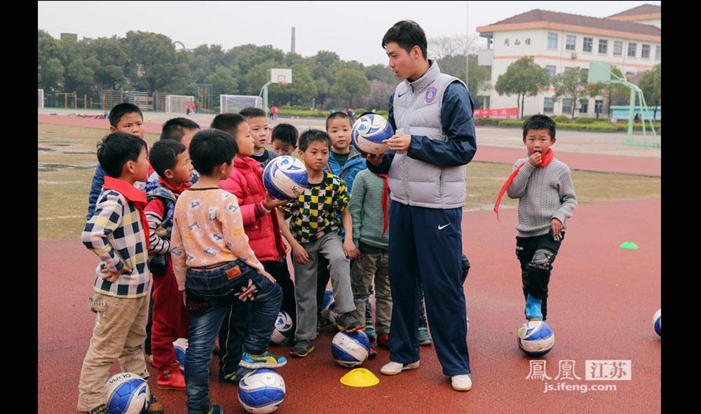 1989年出生的蒋珂玮也是从西张小学贝贝足球队走出去的一员,曾效力于江苏舜天,2012年回到母校担任教练。西张小学现在有三支男队、两支女队,按年龄分组,一共80多人,教练员6名。(缪宇欢 \ 图文)