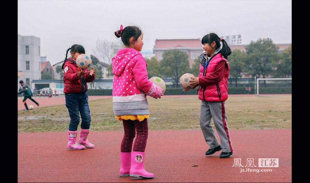 放学后,小女足姑娘们在操场上练球,红色的衣着非常抢眼。在西张小学,球队的训练时间为每天早上7点20到8点,放学后4点到5点左右;周末两天,则从早上9点一直练到下午4点半。周末学校一般会安排一场比赛。(缪宇欢 \ 图文)
