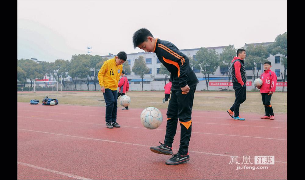蔡文浩(左二)于两年前从广州恒大足球学校转到西张小学,目前就读五年级。因为他是江苏盐城人,想离家近一些。(缪宇欢 \ 图文)