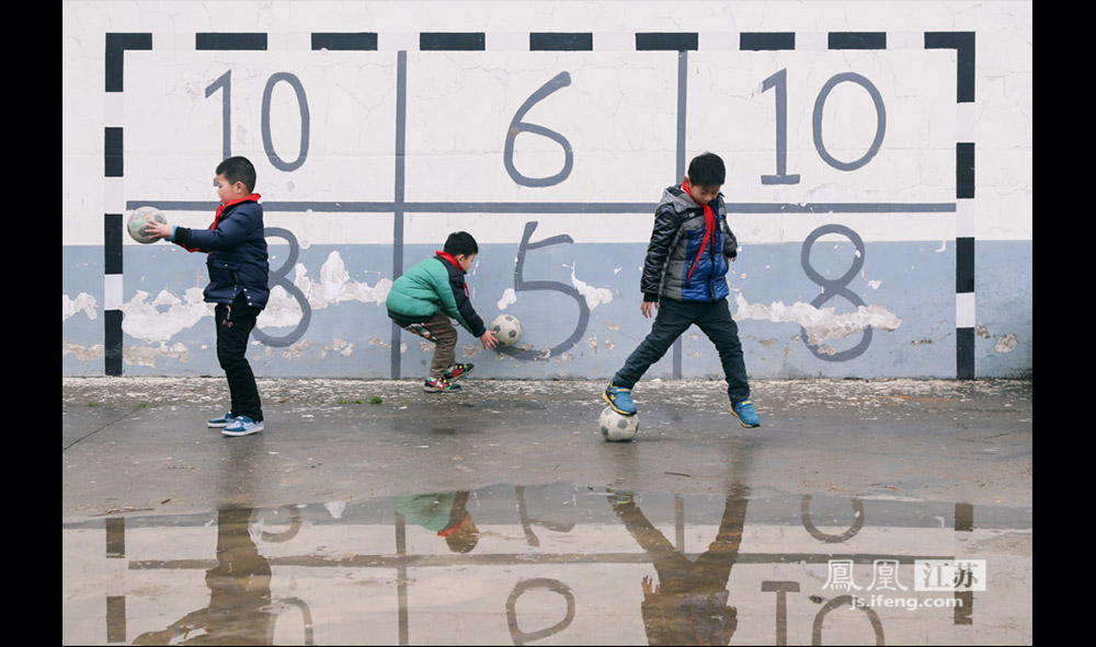 教学楼的外墙画上了门框供队员们练习射门,上面的数字表示射中这块区域获得的分数。(缪宇欢 \ 图文)