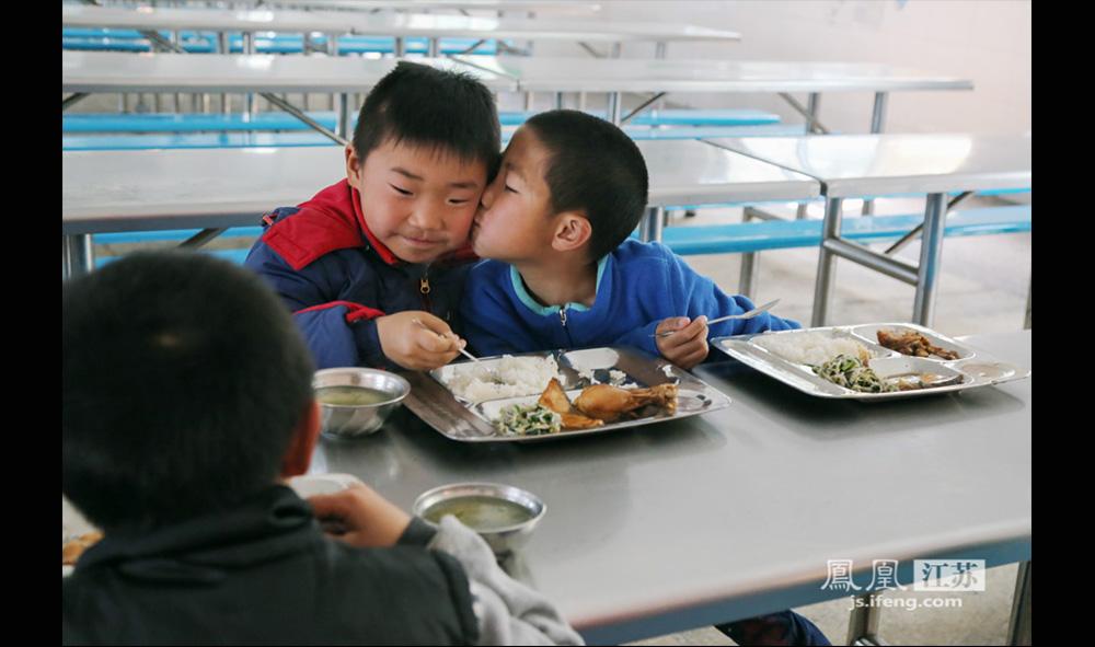 训练场外,孩子们彼此之间的关系非常亲密。(缪宇欢 \ 图文)