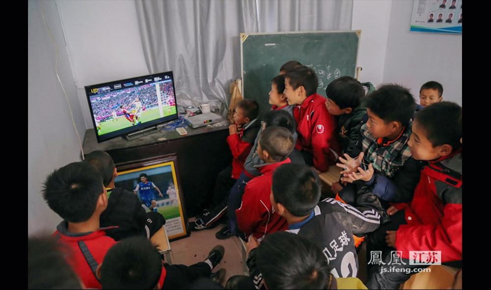 对于小队员们来说,足球比赛和动画片一样有吸引力。周末训练中午休息,孩子们可以有一段宝贵的看电视时间。(缪宇欢 \ 图文)