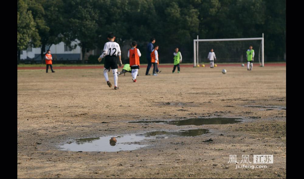 发展校园足球,未来还有很长的一段路要走。据徐宏顺教练介绍,目前张家港凤凰镇政府每年对西张小学贝贝足球有50万元的投入,目前基本够用,但学校将于9月搬入新校区,配备一片11人制的天然草皮灯光球场和4片五人制灯光球场,这些球场的养护则需要更多的资金投入。另外,随着踢球的孩子越来越多,国内针对青少年足球的市场还没有完全打开。有家长反映,现在想要给孩子买一双合脚的球鞋并不是一件很容易的事。(缪宇欢 \ 图文)