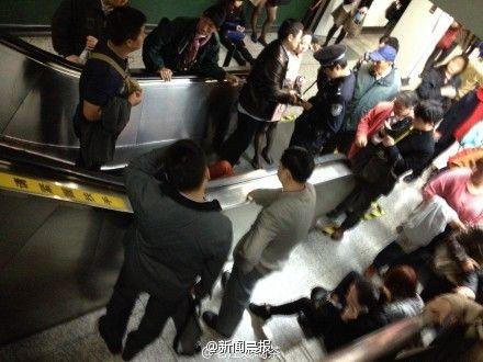 高清图—上海静安寺地铁站换乘通道电梯突然逆行 20140402