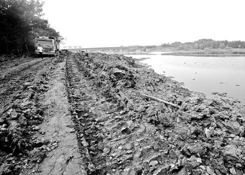 图为:朱家河近300米长河滩被渣土填埋