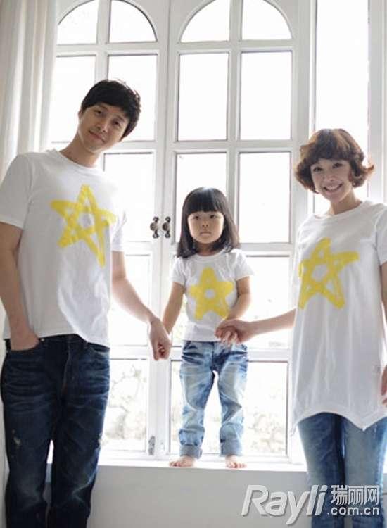 夏天的亲子装一般都以简单的t恤为主打,除了一样的大小款式,还可选择