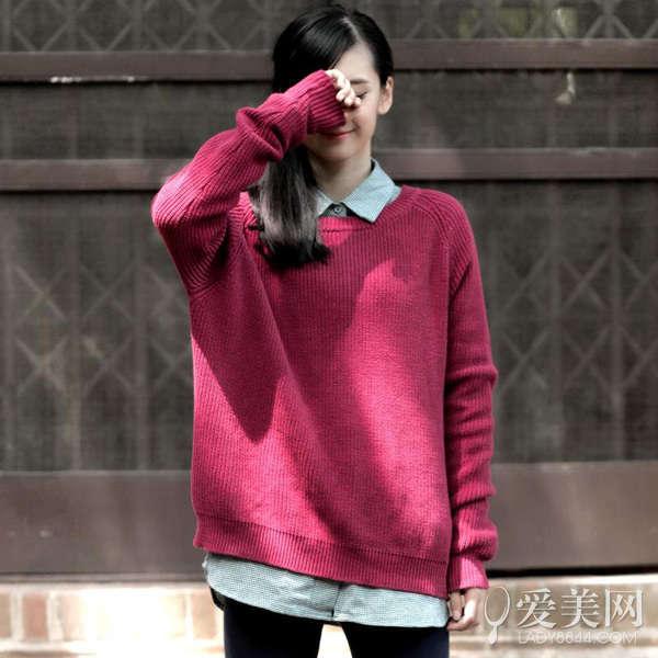 搭配要点:酒红色毛衣外套+黑色连衣裙+白色衬衫