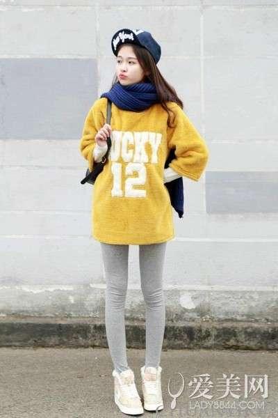 搭配要点:黄色字母加绒卫衣+浅灰色打底裤+米色碎花