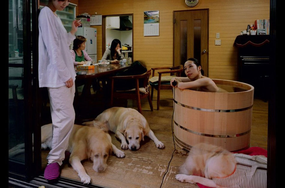 日本美女摄影师进百户人家沐浴走红网络高清