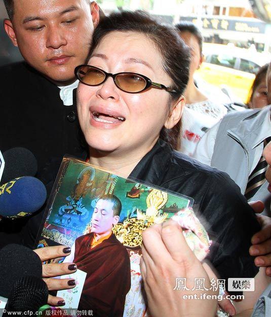 朱慧珍/2012年5月14日,朱慧珍拿著大宝法王照片,悲痛地前往女儿的...
