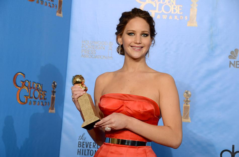 当地时间2013年1月13日,美国比弗利山庄,第70届金球奖(the 70th Annual Golden Globe Awards)颁奖典礼举行,获奖嘉宾亮相后台。图为获喜剧类最佳女主角的詹妮弗-劳伦斯。