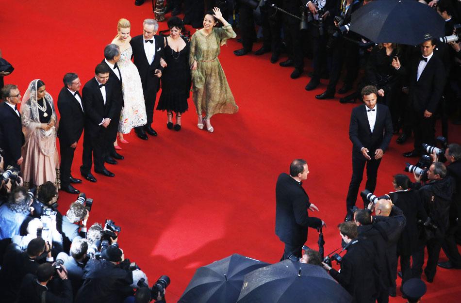 当地时间2013年5月15日,戛纳,第66届戛纳国际电影节开幕,众星云集红毯。图为评审团现身。