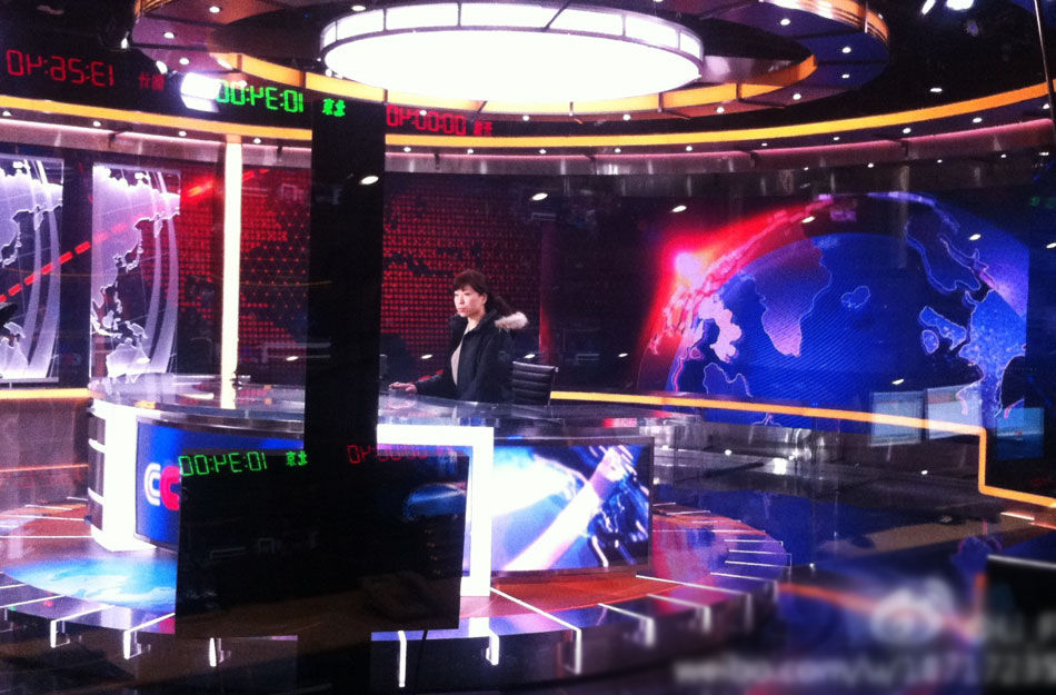 央视新闻频道明年将会搬入新台址,而跟着搬入新家的《新闻联播》《焦点访谈》等央视王牌新闻节目也将启用全新的演播室。日前,有参与演播室设计的相关人员在网上曝光了一组正在进行调试的新闻频道新演播室图片,而即将全新投入的新演播室风格更趋于国际化,尤其是其中曝光的疑似《新闻联播》《焦点访谈》的新演播室,让人耳目一新。图为疑似《新闻联播》新演播室的试运行照片。