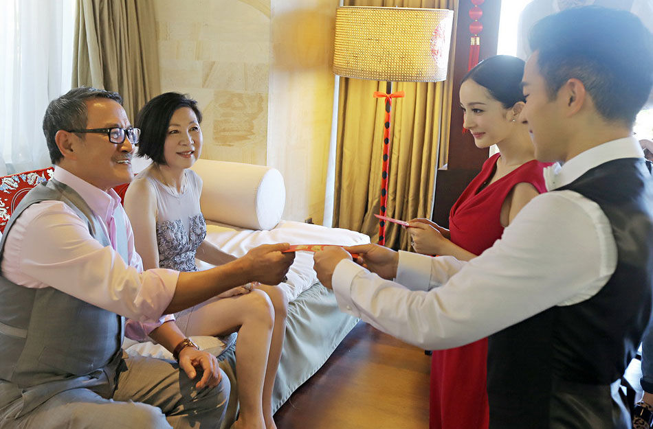 2014年1月8日,巴厘岛,杨幂刘恺威举办婚礼,继两人露面会见媒体的照片曝光后,刘恺威父亲刘丹给新人红包、新人跪地敬茶的照片也被曝光。