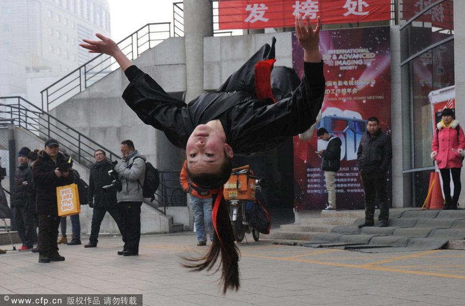 2014年2月15日,北京,北京电影学院初试发榜,一名落榜的山东考生,在发榜现场秀起了十八般武艺,与2014年北影艺考做最后一场告别。