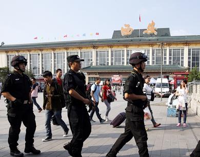西安7000余名民警上街巡逻 全副武装保节日平安