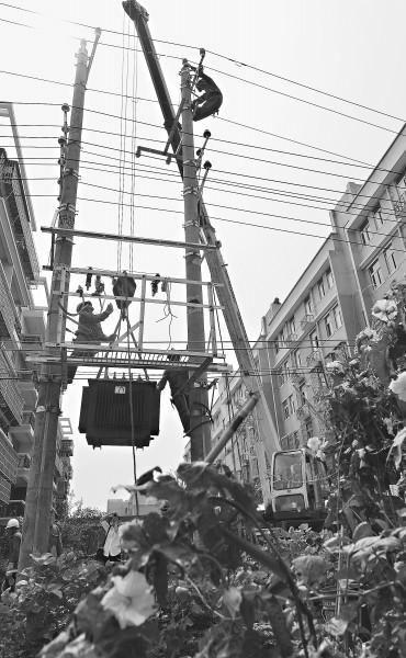 武漢供電公司換變壓器還建小區告別跳閘停電