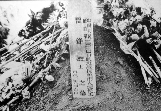 雷锋死后并未火化是因为那时国家未提倡火葬。图为雷锋最早下葬的墓地。可以看到,当时雷锋同志之墓还很简单。