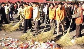 2003年媒体报道:天安门广场日扫10吨垃圾