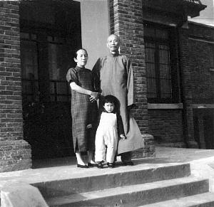 居蜜与祖父祖母在南京家中合影