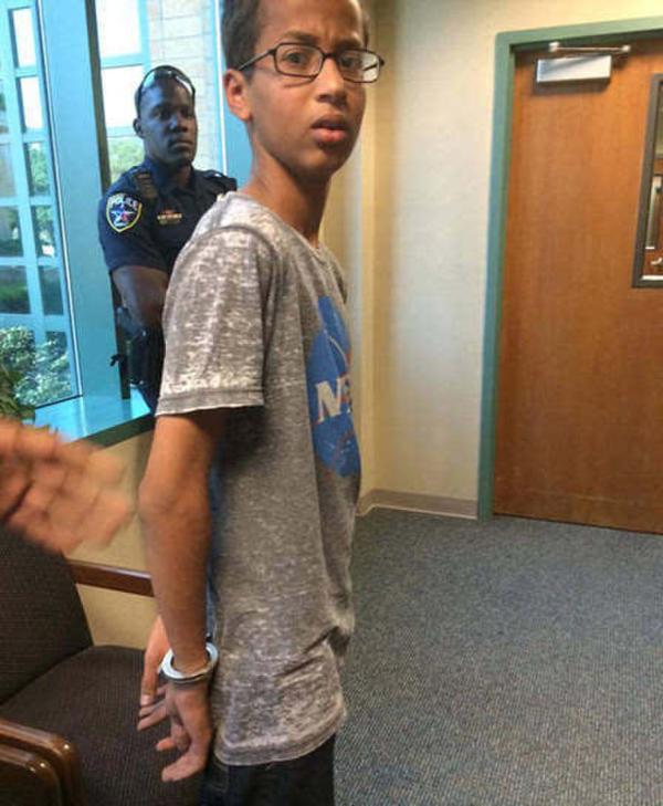 少年自制闹钟遭拘捕,图为14岁的艾哈迈德·穆罕默德在学校被带