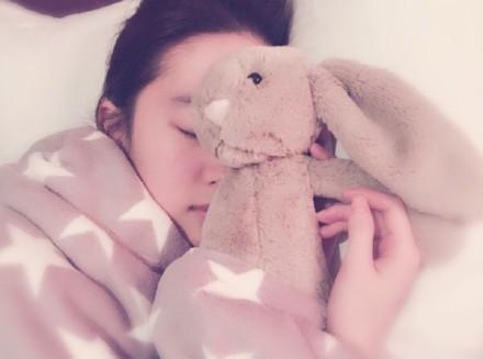 刘亦菲美如桃花睡貌香甜 网友:照片谁拍的