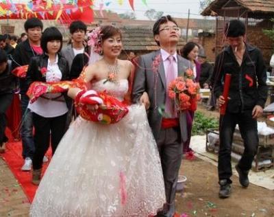 农村婚嫁30万攀比之风盛行 汽车成为婚礼的 高配