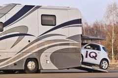 《房•车生活》能载汽车的顶级奢华房车