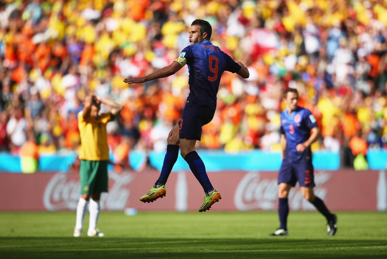 2014年6月19日,巴西贝拉里奥球场,2014巴西世界杯小组赛B组,荷兰3-2澳大利亚。罗本先拔头筹,中超后卫麦克格文助攻卡希尔世界波扳平,耶迪纳克射入点球,范佩西扳平比分,替补出场的德帕伊进球反超。荷兰两战全胜出线在望,澳大利亚成为本届赛事首支出局球队。