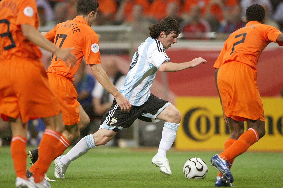 阿根廷和荷兰也算是世界杯上的一对世仇,两队总共交手了4次,荷兰2胜1平1负稍占上风。但是唯一输球却是他们最看重的世界杯决赛,阿根廷当时凭借肯佩斯的绝妙发挥3-1击败对手在本土碰杯。
