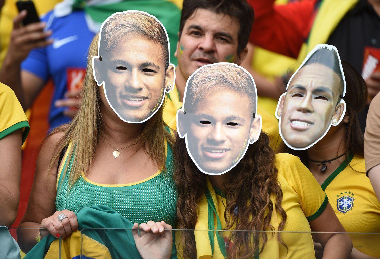 """2014年7月9日,巴西米内罗竞技场,2014巴西世界杯半决赛,巴西vs德国。一大波""""内马尔""""来袭,数万球迷带其面具表示支持。"""